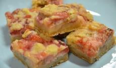 Tre kakor och en muffins med rabarber