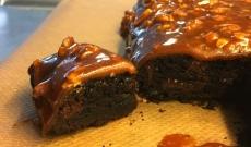 Seg Brownie toppad med pekannötskaramell