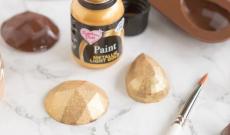 Målade chokladpraliner i silikonform