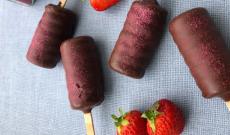 Chokladglass med jordgubbsgömma
